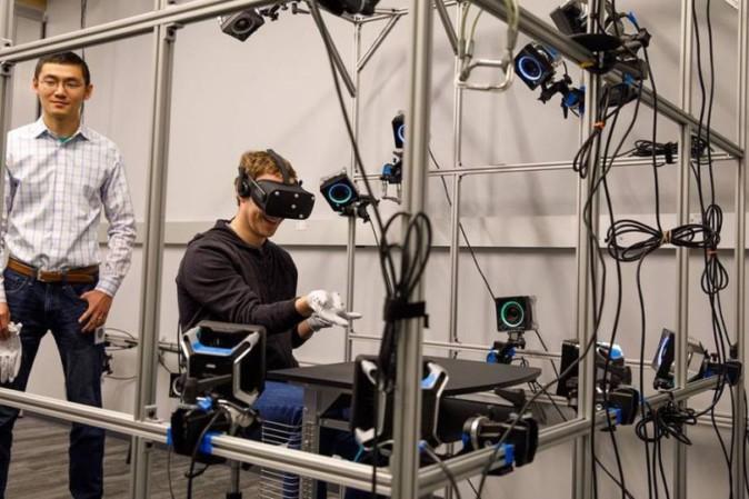 ザッカーバーグ、OculusでVR/AR用の手袋型コントローラーを体験 | Mogura VR