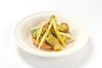 グアンチャーレを巻いた山菜と海老のフリット グレモラータ風味 600円(税別)