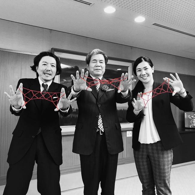 熊本県知事のあやとり写真も