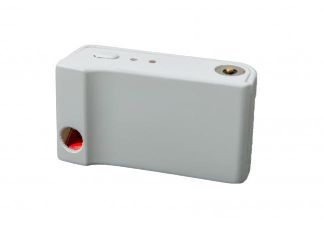 レーザーポインター。スマホのカメラレンズ横に装着するアタッチメント型。