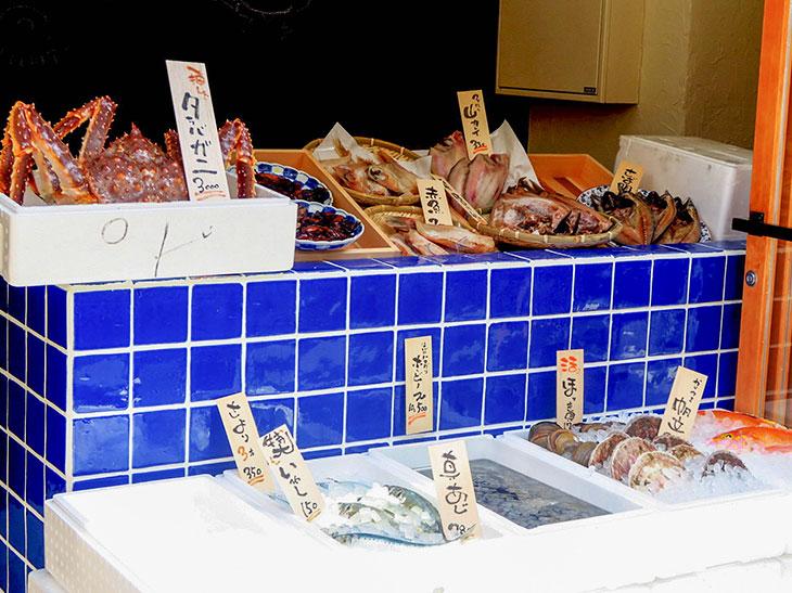 軒先に並ぶ魚も日によって変わる。決して種類が多いわけではないが、鮮魚店が営むからこその目利きへの安心感がある