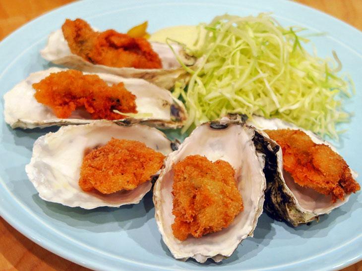 「殻付き!!丸ごとカキフライ」は大粒の牡蠣が5個も載って580円でいただける。殻が欠けたからこそのリーズナブルな値段設定に感謝したくなる