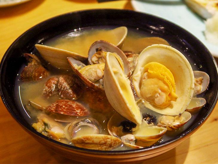 「貝汁」は3~4人前で780円。貝を食べ進めるとなかには焼きおにぎりが。貝のエキスをたっぷり吸った焼きおにぎりは雑炊感覚で食べられる