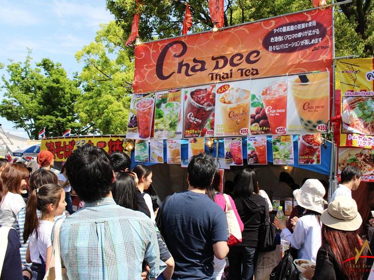 料理のほかに、タイの茶葉を使ったドリンクやスイーツなどの屋台もたくさん!