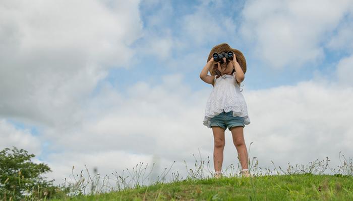 遠くを眺める女の子