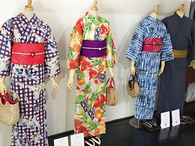 会場の京町家に展示されたレトロ&カラフルなKIMONOMACHIオリジナル浴衣