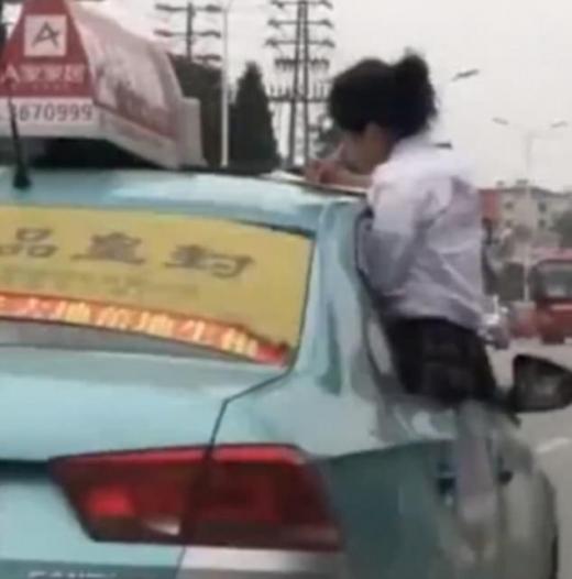 女子高生がタクシーを箱乗り