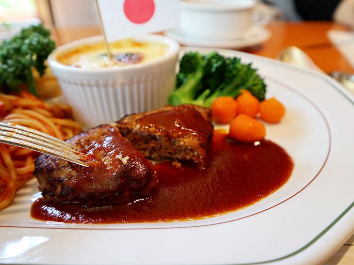 肉汁がジュワッと広がるハンバーグ。こちらのデミグラソースが懐かしくて食べたいとわざわざ訪れる年配の方も多いそう