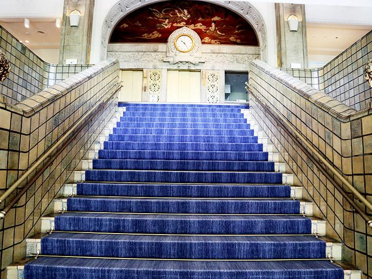 正面玄関の青い階段がとても素敵です
