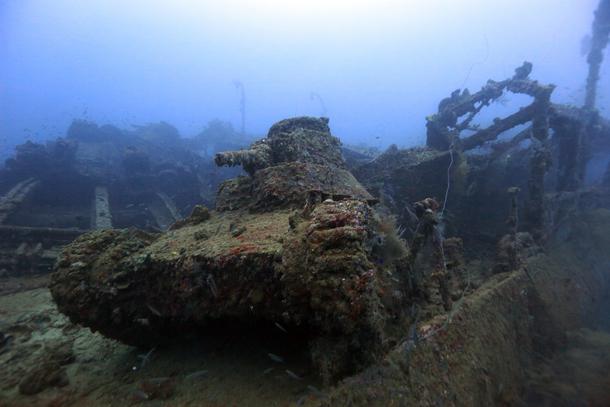 桑港丸の甲板上の九五式軽戦車ーチューク(トラック諸島)