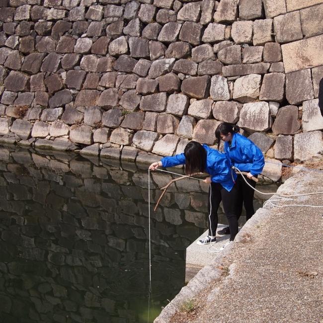 大阪城外濠から採水中