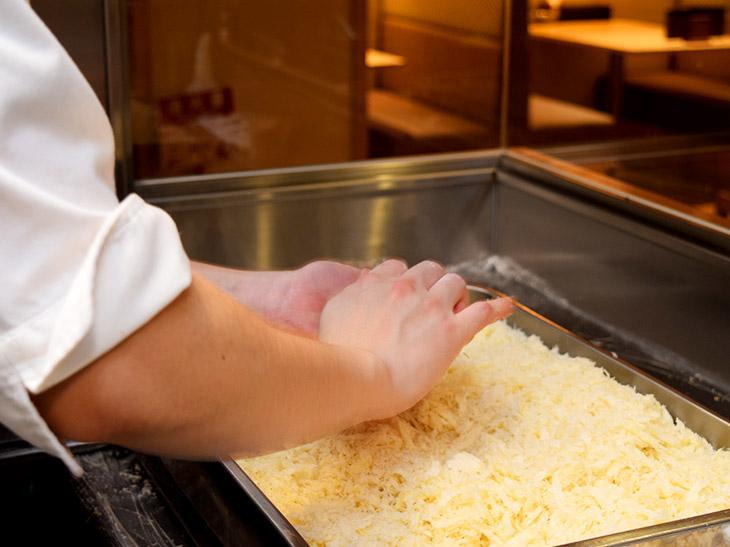 寿司を握るような手つきで衣がふわっと立ち上がるように仕上げます