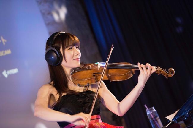 楽しそうに演奏する石川綾子
