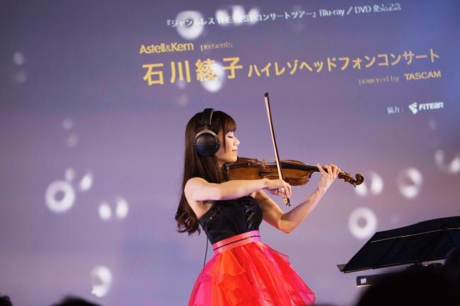 ヘッドフォンしながら演奏する石川綾子