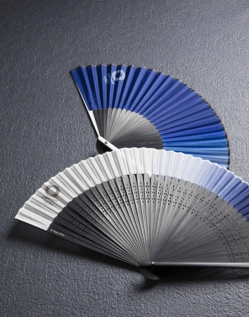 (C)Tokyo2020 手前:絹貼り短地扇子/奥:アルミ親骨扇子(オリンピックエンブレム)