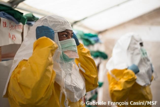 エボラ治療センターで防護服を身に着けるスタッフ(コンゴ民主共和国、2014年9月撮影)