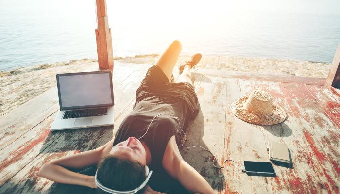 外で音楽を聴いている女性