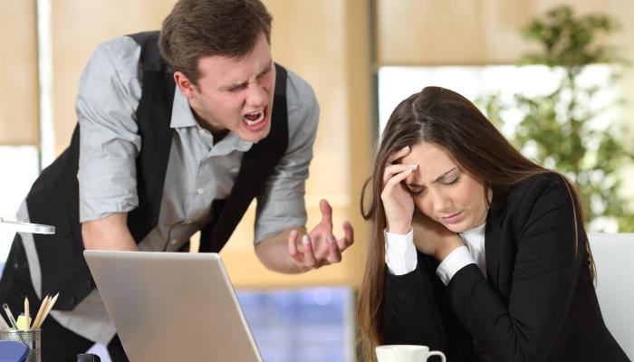 女性社員を怒鳴りつける男性社員