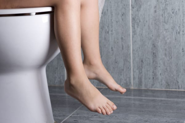 洋式トイレに座る女児