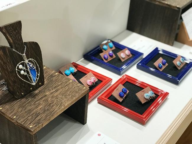 左:『リーフ ブローチ&ネックレス』税込6,480円 右:『ガラスジュエルの耳飾り』税込3,240円
