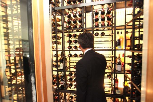 ワインセラー付きの物件はワイン愛好家にとって魅力的。温度管理もしっかりなされている設備かソムリエがチェック
