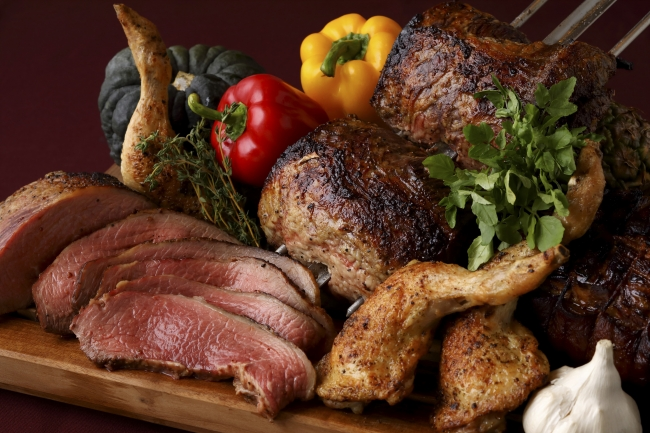 オールデイダイニング カザのビュッフェ お肉料理イメージ (写真右下)中国料理 皇家龍鳳の「骨付きラムの黒胡椒風味」