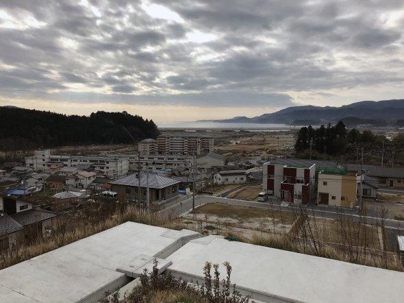新設された住宅用の高台から市内を望むと津波の被害状況が想像できる。