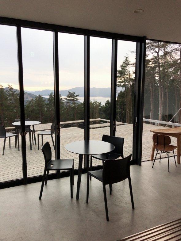 箱根山にある宿泊施設『箱根山テラス』ではカフェも楽しめる。