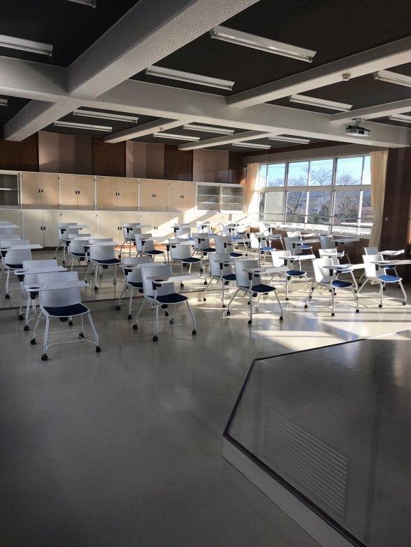 中学校の教室を改装した「陸前高田グローバルキャンパス」の施設。講演や研究発表などが行われる。
