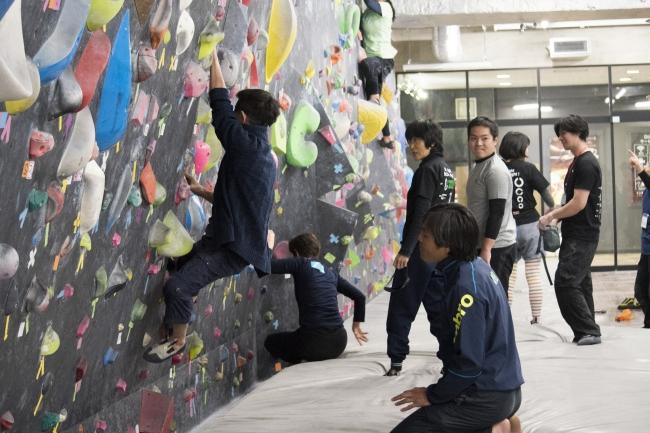 マンデーマジック横浜では、幅広い年齢層の人がボルダリングに挑戦します。