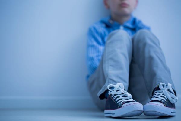 悲しげに座り込む少年