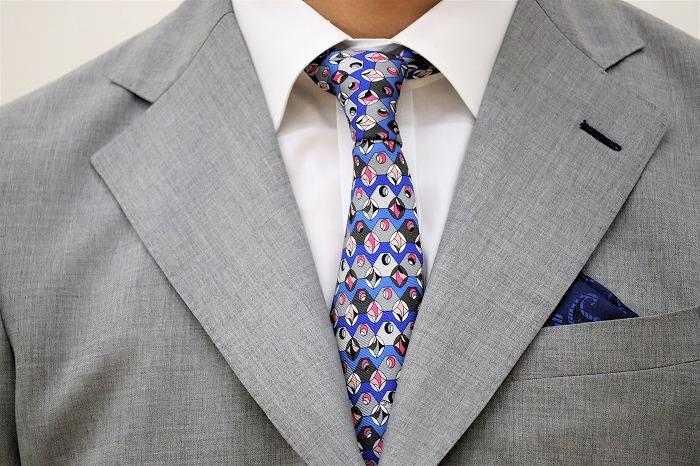 【おまけ】カラフルでキュートな右近さんのネクタイ。「これ、父から借りてきたんです!」とニッコリ