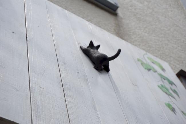 看板の黒猫ちゃん。爪の跡がついています。
