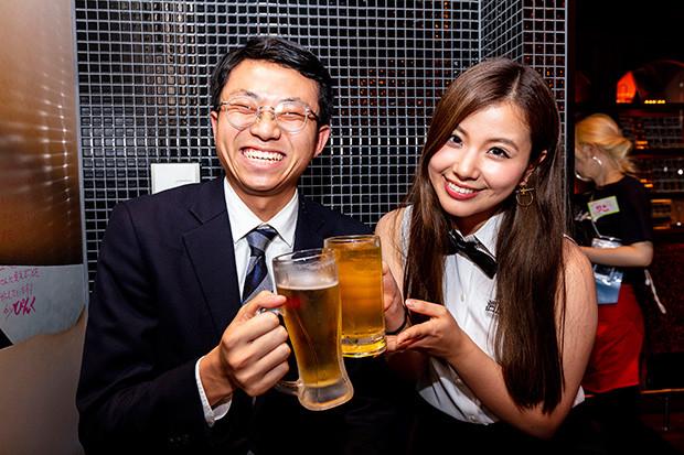 週プレ酒場名物の酒BARグラドルによる乾杯タイム。週プレ酒場にいるだけでも酒BARママと乾杯できるチャンスあり! この日は元アイドリングの倉田瑠夏ちゃんと
