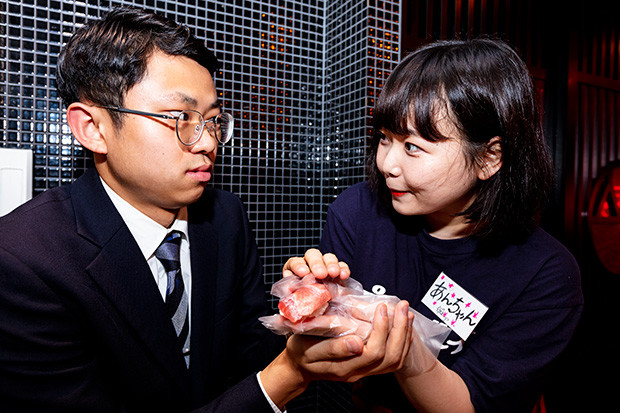 「自分も一緒に握っていいですか? いいですよね!」とパキパキの表情で女性スタッフの手を握りだすミズノ。おまわりさん、コイツです!!
