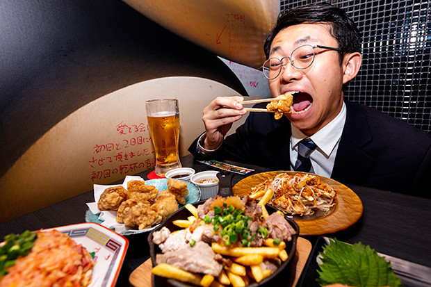 『名物!!週プレの唐揚げ』を堪能する新人ミズノ。「名古屋の赤みそをトッピングしたら、もっと美味しいと思います」(※そんなトッピングはありません)