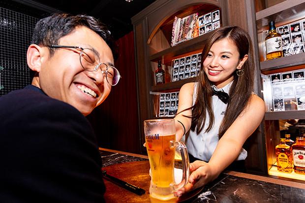『週プレ酒BAR』では1時間1万円(税別)から、グラドルと一緒にドリンクとフードを楽しめる。プレミアムな時間を、どーぞ!