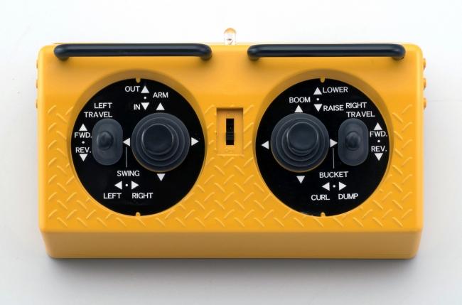 赤外線操縦システム『IRC』を採用した4スティック6ch専用送信機が付属。実機の操作パターン(JIS方式)で動きをコントロールできる。
