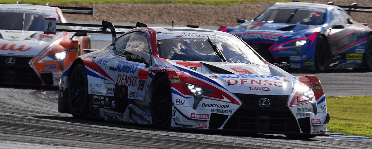 第四戦(タイ)のGT500クラスで優勝した「LEXUS TEAM SARD」。ヘイキ・コバライネン、小林可夢偉の元F1コンビが奪首した