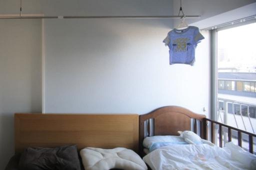 ランドリーハンガーのある寝室