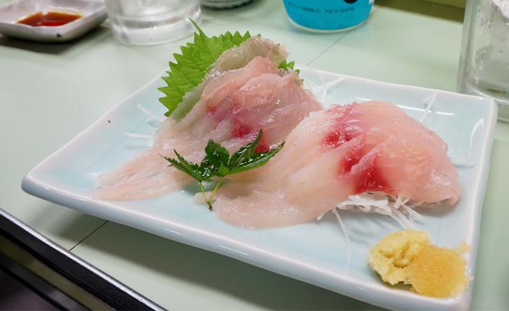 「鯉の生刺し」600円。丁寧に泥抜き処理をされた鯉は、プリプリの食感と白身魚のような甘さが特徴
