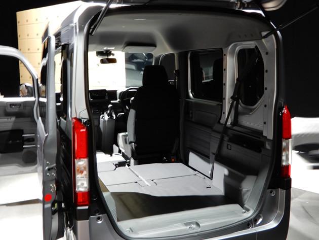 荷室は運転席以外フラットになる。床もN-BOXより低くなっており、高さが広がった