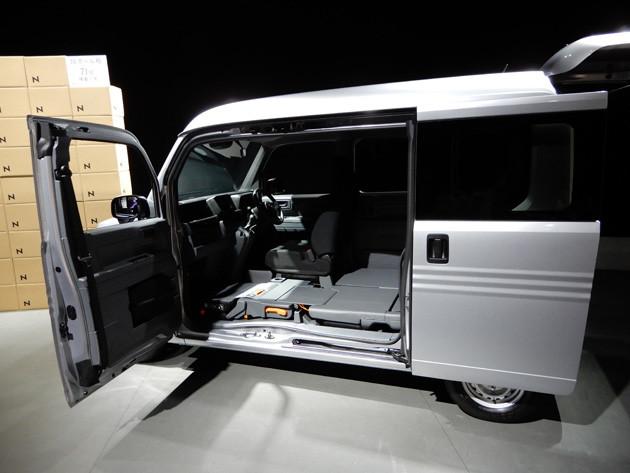 助手席側はセンターピラーレス。助手席ドアとスライドドアには、センターピラーの機能を内蔵したドアインピラー構造を採用している