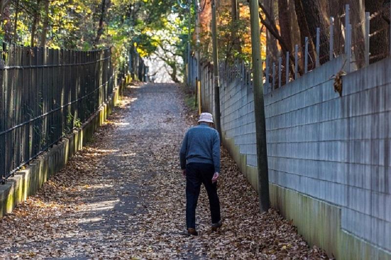 歩いているときに体の衰えを痛切に感じる男性