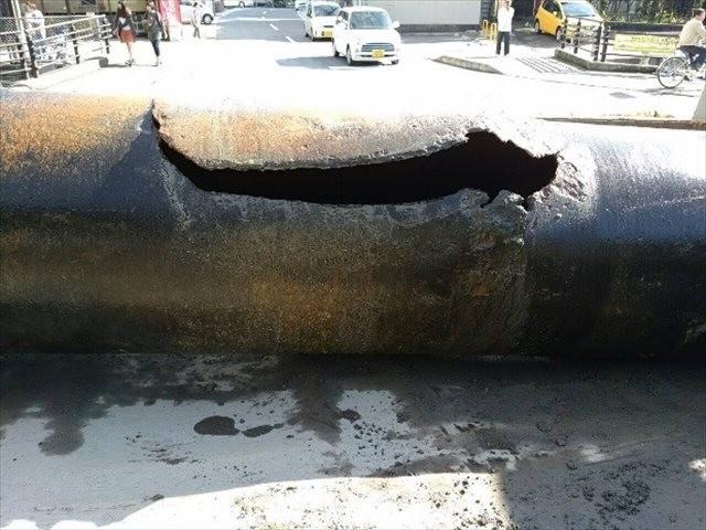 長崎市で15年11月に破裂した水道管。埋設されてから45年が経っていた。この管の破裂事故では道路陥没も発生、市民生活に大きな影響を及ぼした