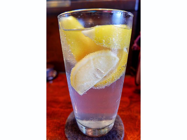 氷ではなく冷凍レモンを入れた「元祖最強レモンサワー」450円