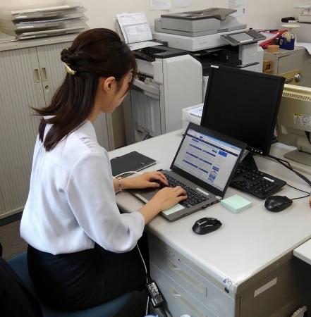 中部エリア担当営業社員が 名古屋駅前支店のバックオフィスにて勤務