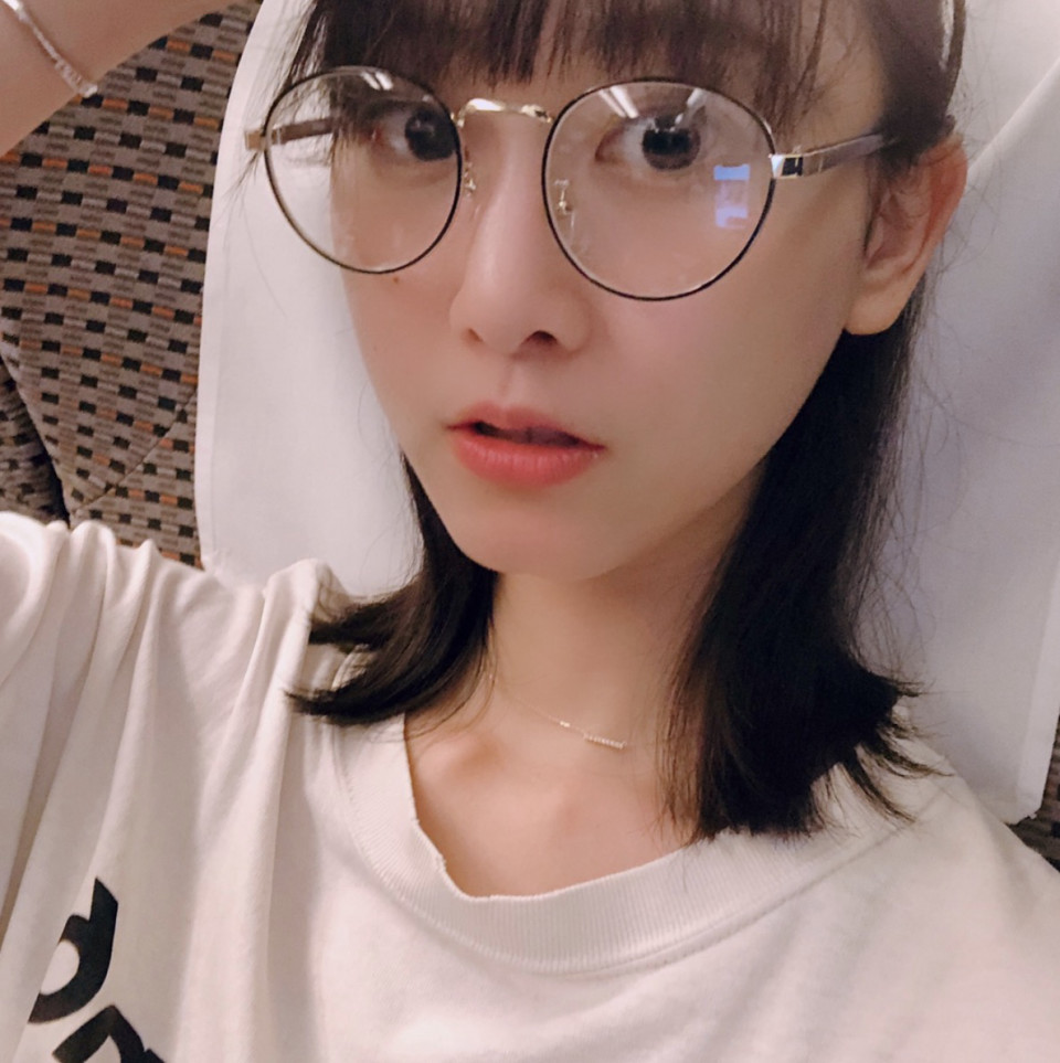 松井玲奈、ぱっと買った伊達メガネ姿に「とてもかわいい」「似合ってる