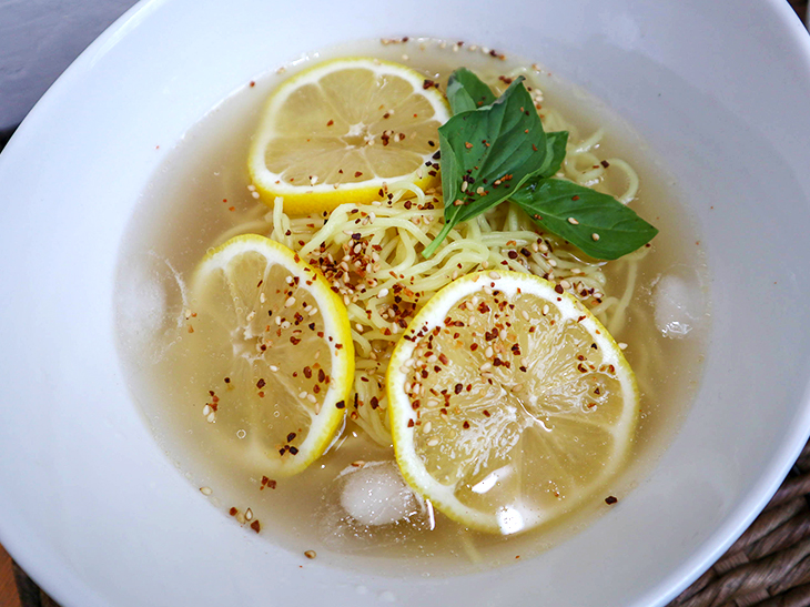 「冷たいレモンのラーメン」は、瀬戸内レモンの爽やかな酸味と和風だしのスープ