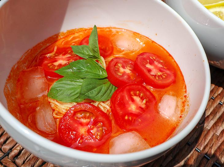 「冷たいトマトのラーメン」は濃厚な南欧産のトマトの旨味がつまったスープです